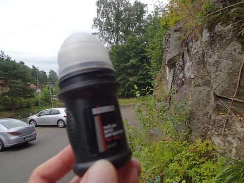 Nog luktade jag av svett efter den raska promenaden i den fuktiga värmen, men cachen hjälpte föga mot detta!
