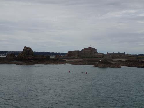 Hamnen vaktades givetvis av ett stort slott.