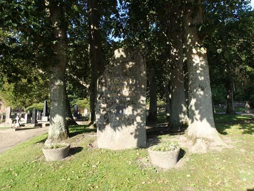 Minnesplats över den gamla kyrkan, byggd av gamla gravhällar.