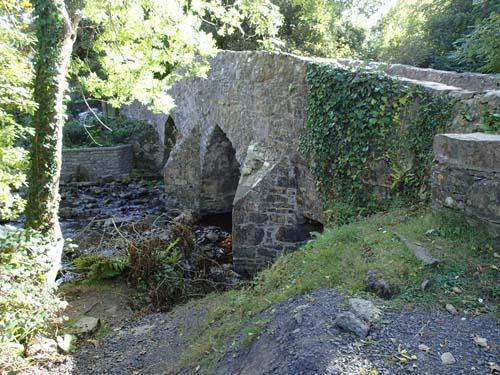 En bro byggd av, åt, munkar på 1100-talet.
