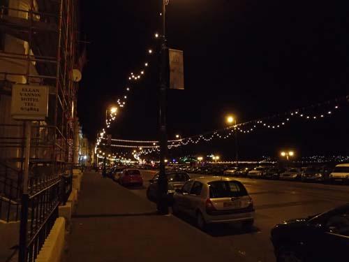 Strandpromenaden i mörker.
