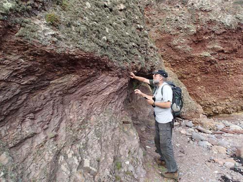 Ingabo studerar sten.