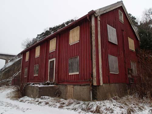 Ett gott köp för den händige, ett hus nära både motorväg och järnväg! Alltså goda kommunikationer - är du intresserad....?
