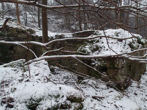 Det var en stuga med rejält tjocka stenväggar!