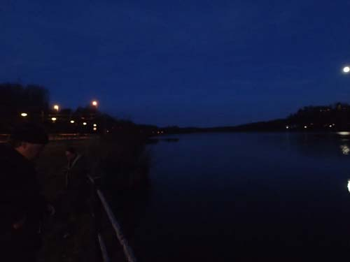 Här fanns en ångbåtsbrygga, men det var inte lätt att se i mörkret!