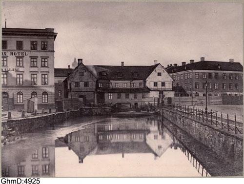 Slusskvarnen uppfördes 1646, ombyggdes vid flera tillfällen men stod kvar ännu 1873 när detta foto togs!