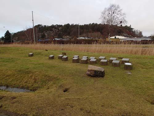 Utmed naturstigen fanns en liten samling stenar som berättade områdets historia.