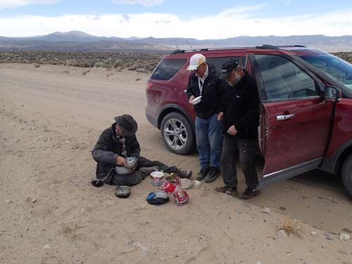 Dagens lunch fick ätas i skydd av bilen, vinden var pinande denna dag!