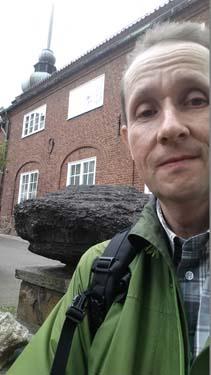 En nöjd Hallén har hittat två stenar...