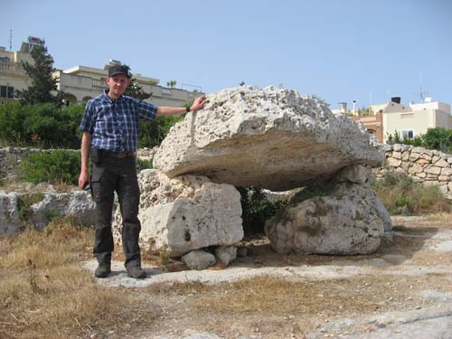 Hallén vid resans första megalit - härligt! Foto: TMR68