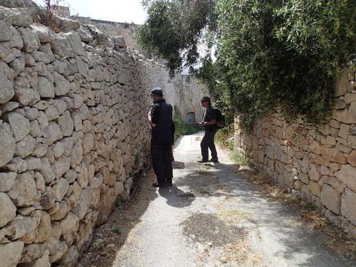 Stenmurar var populära att gömma cacher i!