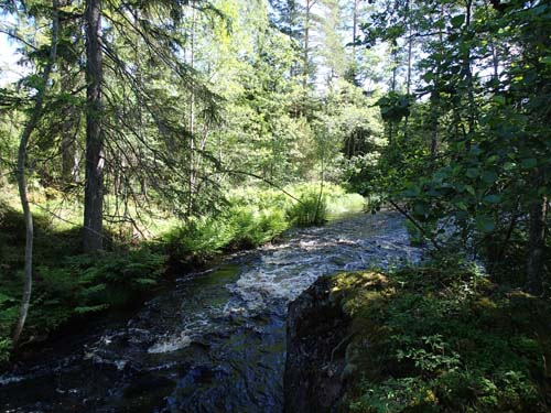Är det en å eller en bäck, strunt samma, det fanns en cache.