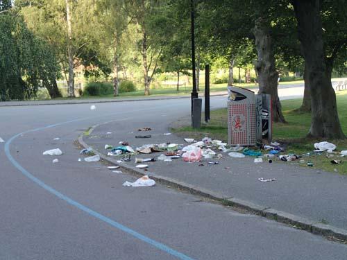 Det var stilla i parken men mugglarnas spår var inte vackra.