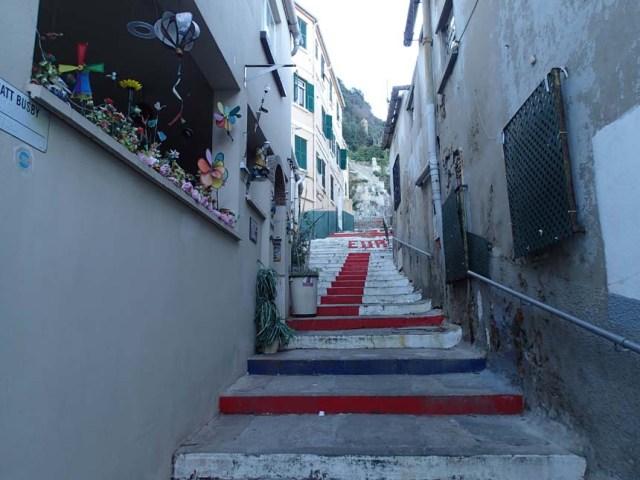 En trappa till minne av folkomröstningen då 12000 ville tillhöra Storbritannien och 44 Spanien....