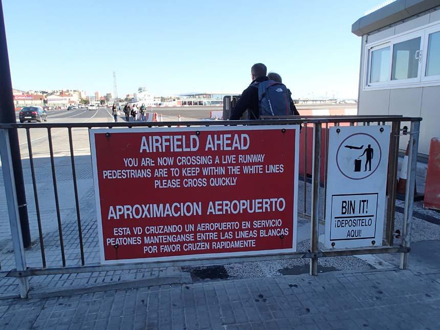 Dags att åter passera flygfältet - det gäller att gå fort!