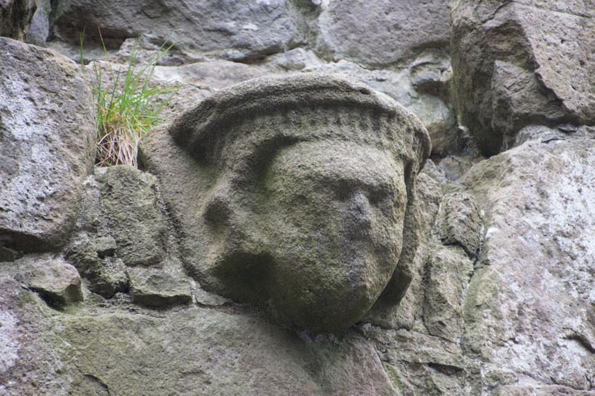 På väggarna sitter små figurer och blickar ned på besökarna.