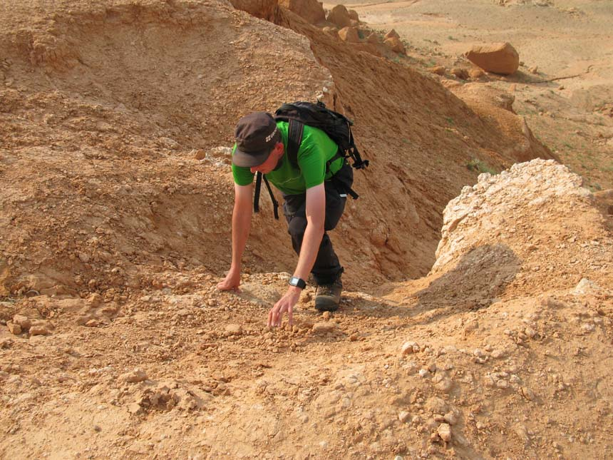 Det var inte helt lätt att ta sig upp för sluttningen med lösa stenar och rullgrus. Foto: momelg.