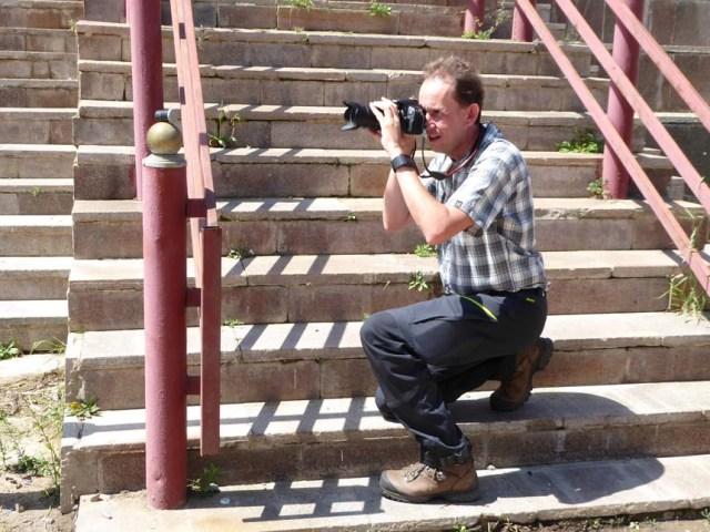 Hallén fotograferar burk. Foto: momelg