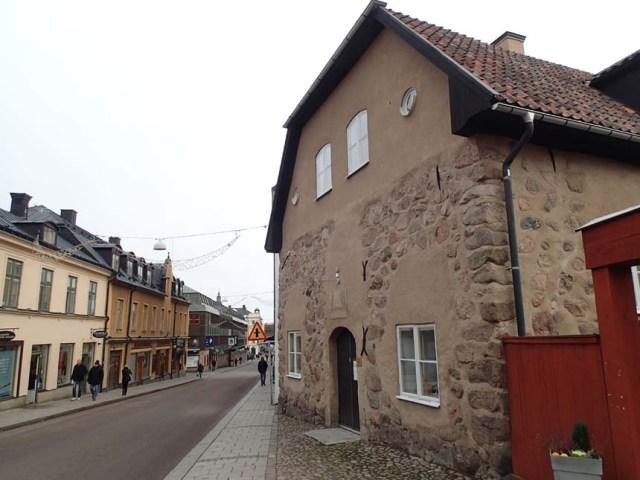 Medeltida hus i centrala Linköping. Byggnaden avviker från de andra husen så den uppfördes enligt den äldre medeltida stadsplanen. Ingen burk att logga här men väl en intressant plats att besöka.
